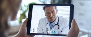 Persona en consulta online por tablet