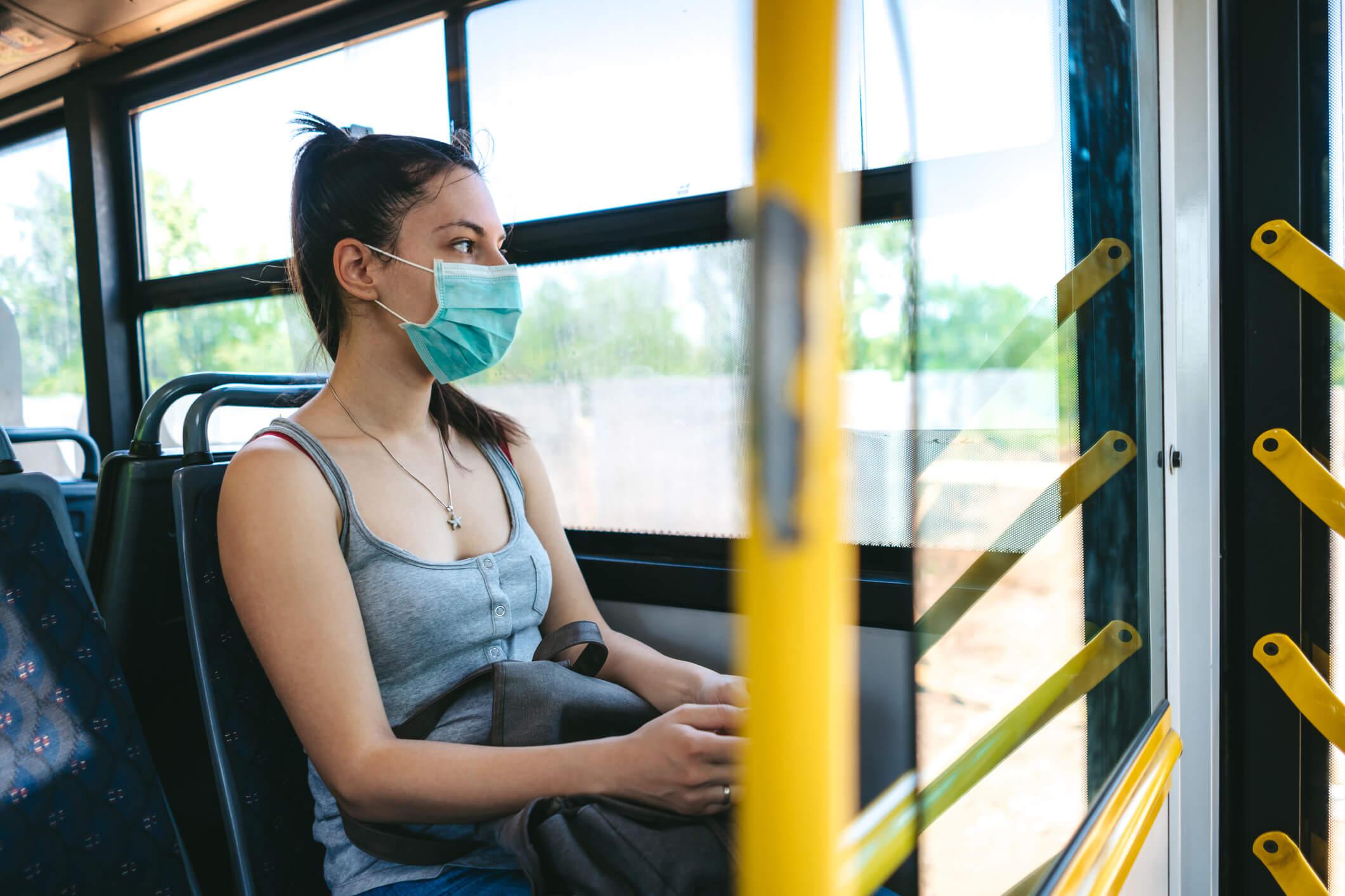 Coronavirus - Mujer con mascarilla en transporte público