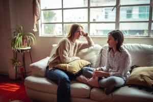 Conversación madre hija en casa